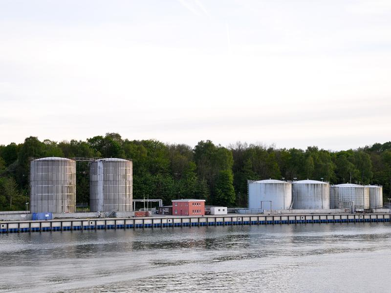Öltanks nahe eines Flusses